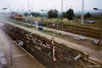 Zug transportiert alte Formsignale zum Schrott