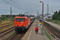 143 001 am Bahnsteig in Warnemünde Werft