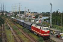 119 158 mit einem Sonderzug im Bahnhof Warnemünde Werft